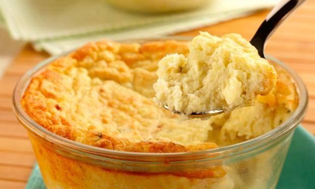 . 400 g de batata   - . 1/2 xícara (chá) de leite   - . 1 colher (chá) de fermento em pó   - . 100 g de queijo gorgonzola esfarelado   - . 100 g de queijo ralado  - . 100 g de queijo Minas ralado grosso   - . 4 claras batidas em neve   - . Folhas de manjericão a gosto   - . Sal e pimenta a gosto