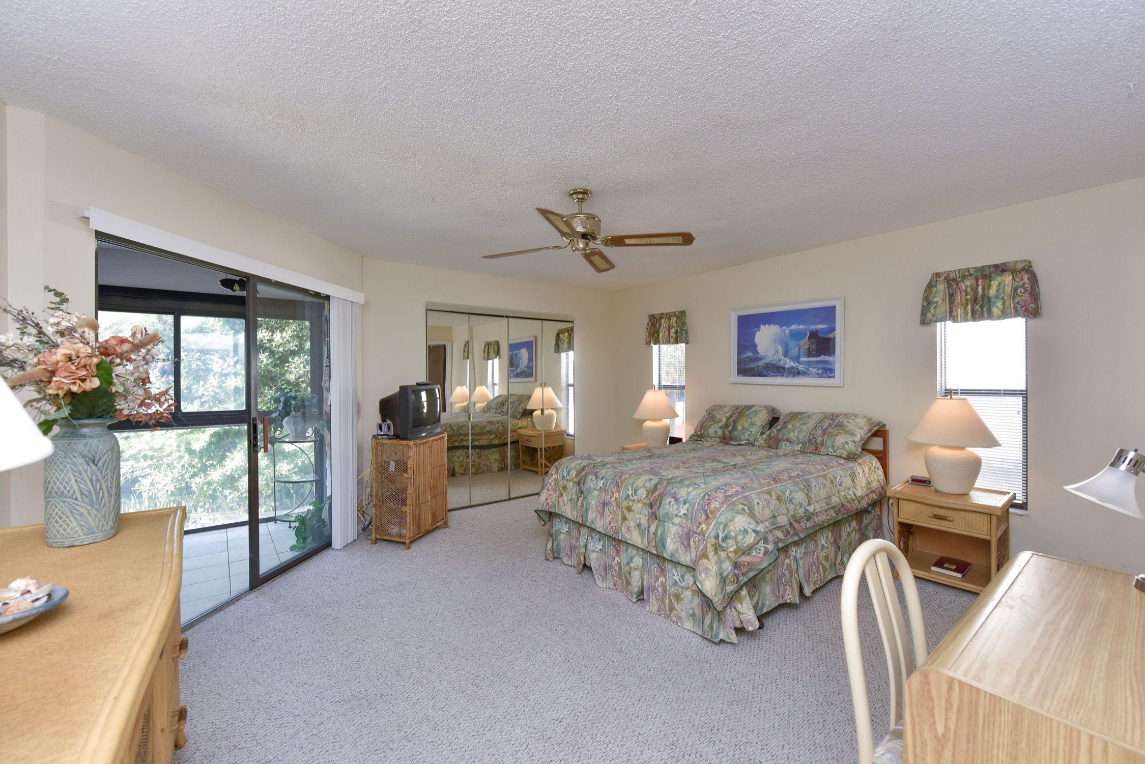 Best Main Bedroom W Queen Bed Double Closets Large Dresser 640 x 480