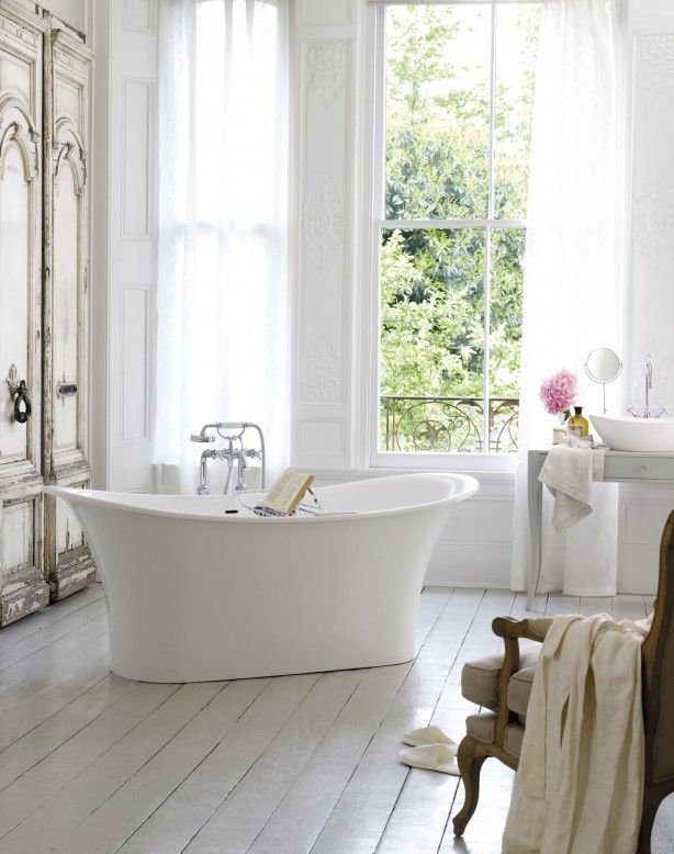 Klassieke badkamer met vrijstaand ligbad. Deze klassieke badkamer ...