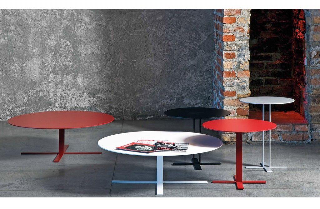 Tavolino leggero e stilisticamente definito, dal design netto e deciso ma dall'anima elegante e delicata.