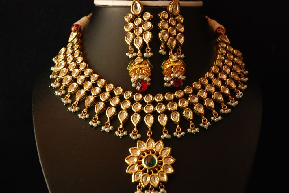 A lovely broad kundan jewellery set that can be worn with a ...