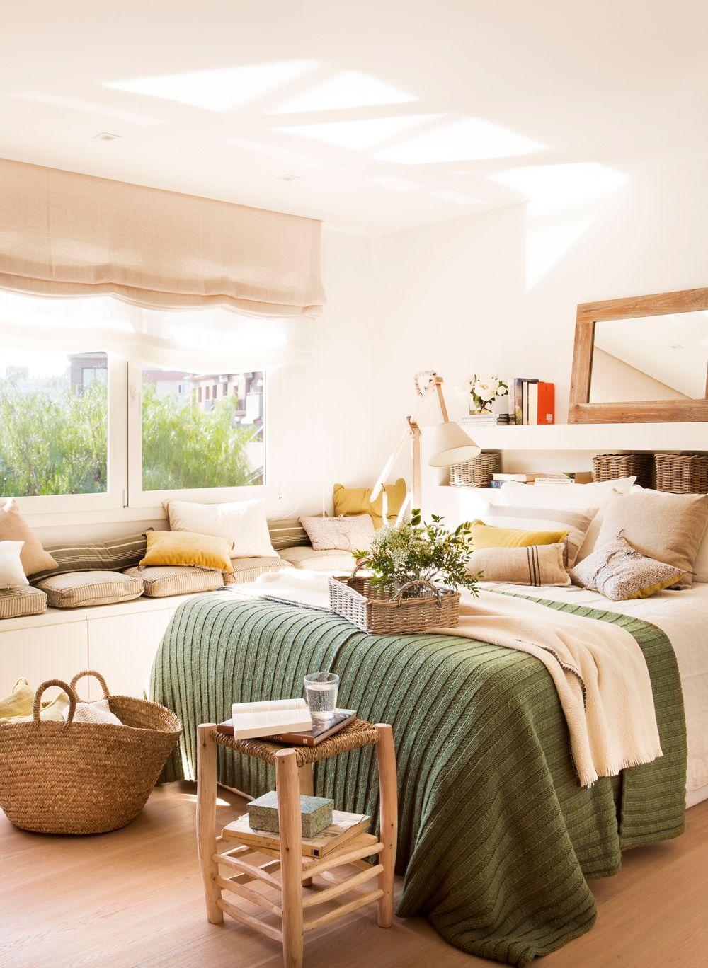 Dormitorio con cabecero tapizado, ropa de cama de lana, madera ...