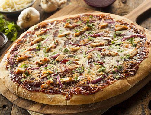 ندعو جميع عشاق البيتزا إلى تجربة بيتزا الباربكيو! هي محضرة بالدجاج وصلصة الباربكيو من أميريكان جاردن لنكهة ولا ألذ!     المكوّنات    ...