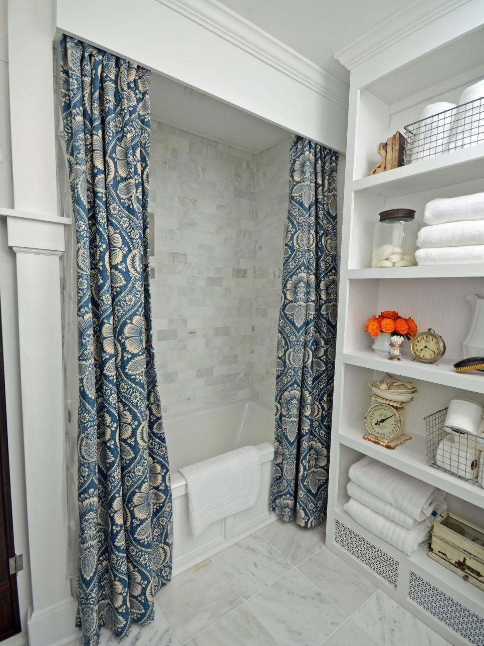 Deco Salle De Bain Fille ~ Cornice Board Shower Curtain In Traditional Bathroom La Salle De