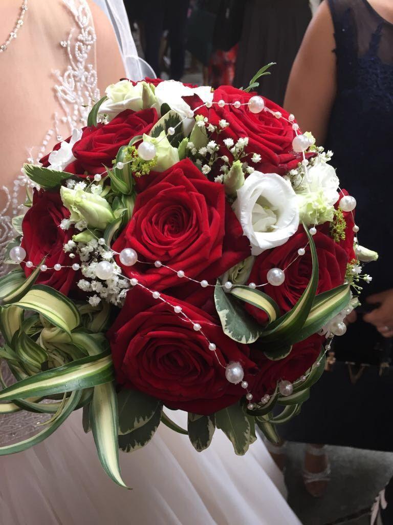 Klassische Brautkugel aus roten Rosen - Heiraten mit braut.de #brautblume