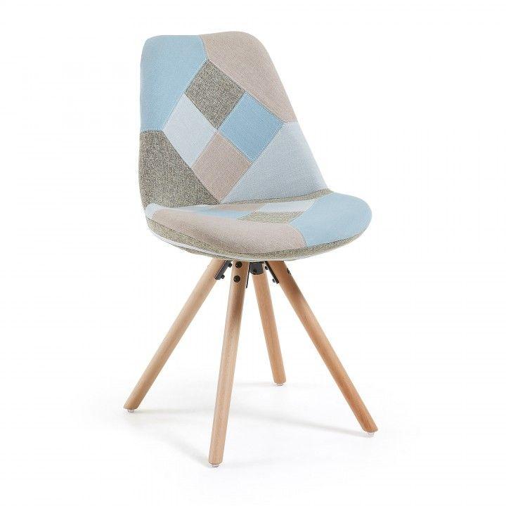 Chaise rembourré en patchwork multicolore. Pieds en bois de hêtre naturel. Il peut exister de très légères variations dans la combinaison des tissus qui composent le patchwork.