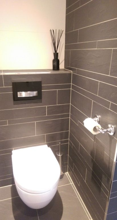 Toilet met tegels in wildverband antraciet gemaakt door van manen badkamers te barneveld van - Tegels wc design ...