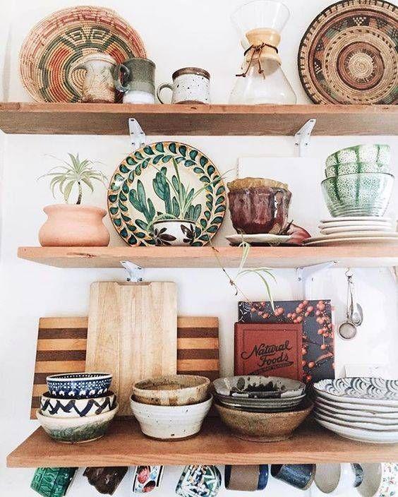 Keittiö, tasot puuta, pöydän tilalle puinen sivupöytä/taso jonka ylle puiset avohyllyt
