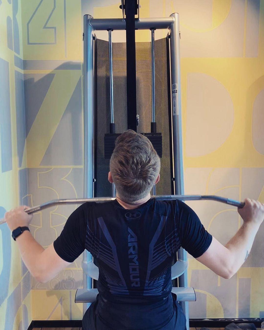 ✔pictame webstagram 🔥🔥🔥 Instagram post by @ | Ściąganie drążka wyciągu górnego do klatki piersiowej. Dobre ćwiczenie na zwiększenie masy mięśni grzbietu 💪  | 🔥GPLUSE.CLUB