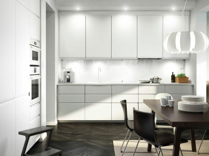 ikea küchen moderne küche weiße schränke holztisch stühle ...