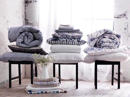 bettdecken kopfkissen und bettw sche von ikea in wei blau arrangiert in drei stapeln auf. Black Bedroom Furniture Sets. Home Design Ideas