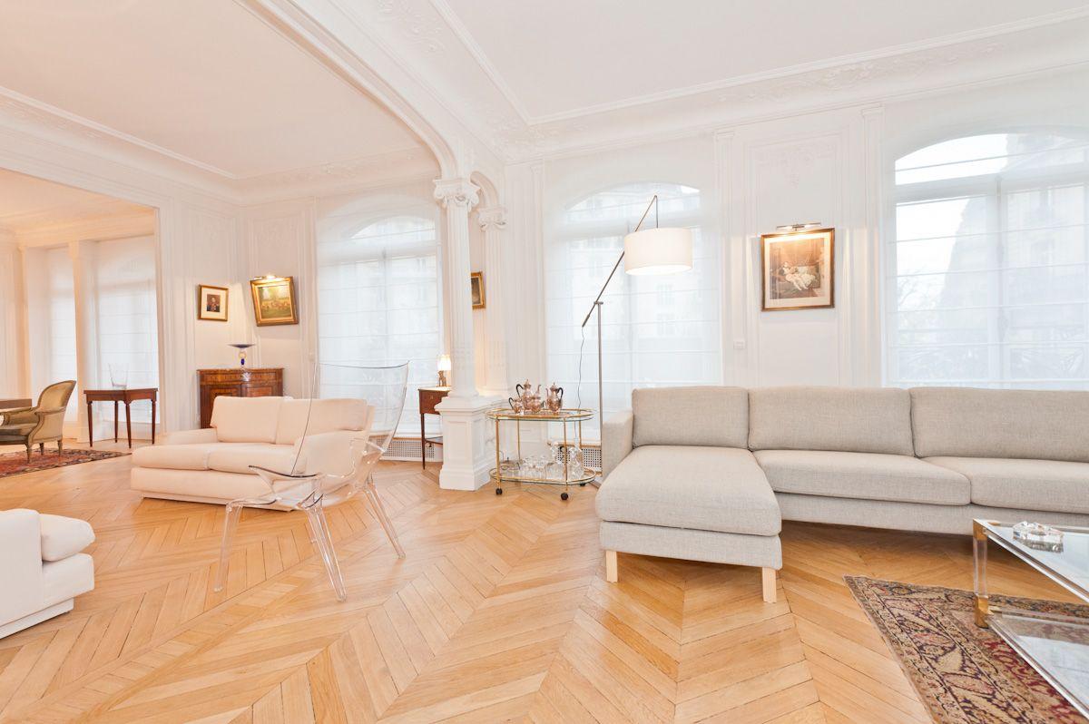 salon d 39 un appartement haussmannien un grand canap d 39 angle vient agr menter le coin t l vision. Black Bedroom Furniture Sets. Home Design Ideas