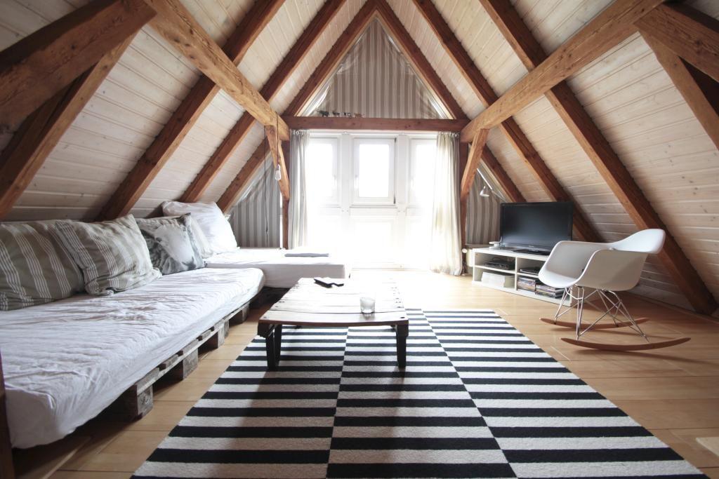 Tolle Einrichtungsidee Für Den Wohnbereich Eines WG Zimmers Im Dachgeschoss.  #Dachgeschoss #Wohnzimmer #WG #Zimmer #Einrichtung #DIY #Sofa #Palettensofa  ...