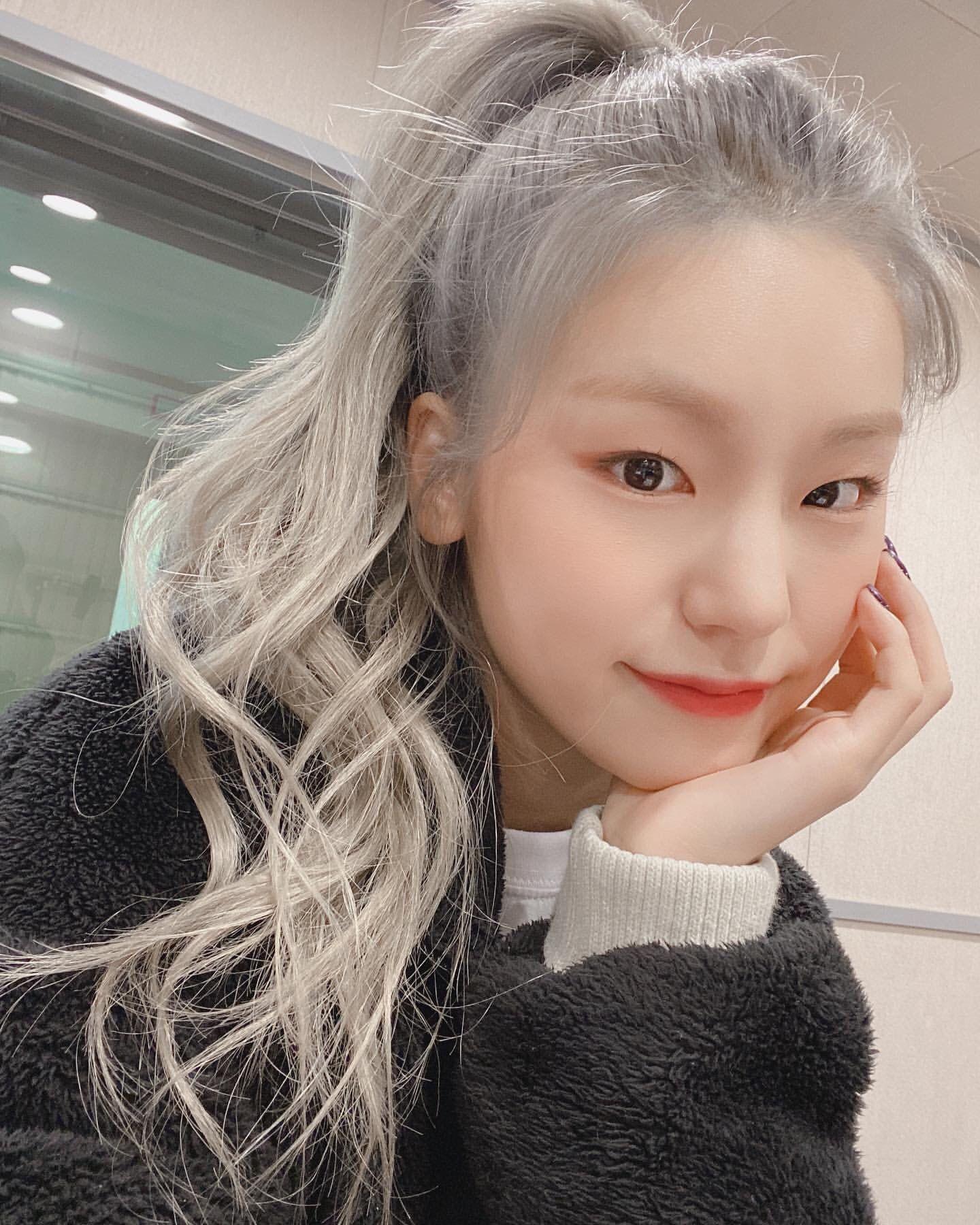 F A N C Y O L I V E On Twitter Itzy Silver Hair Silver Hair Girl