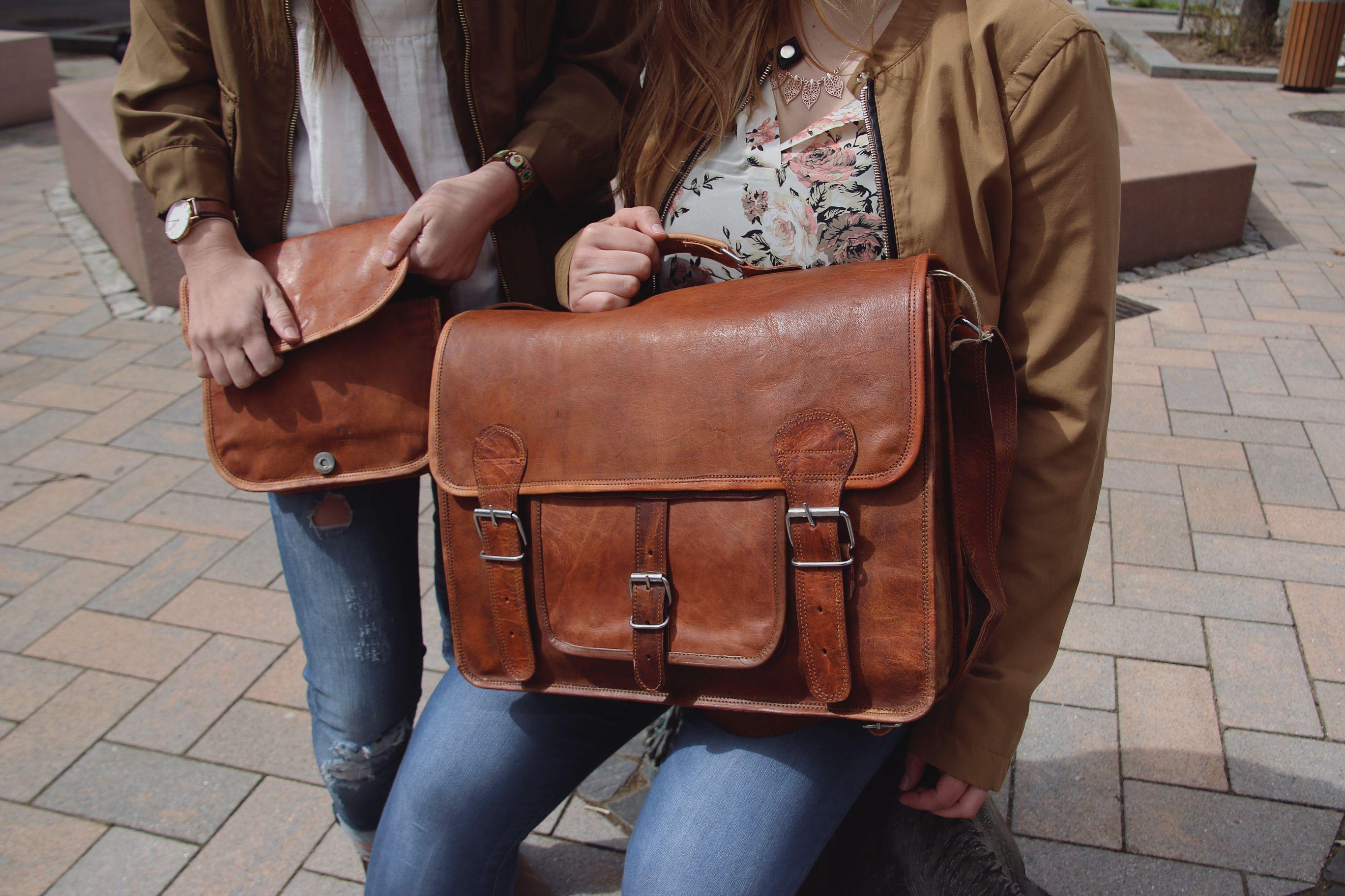 """Modern und alt scheinen ich bei """" Leon """" nicht auszuschließen, sondern die Hand zu geben. Die Umhängetasche aus Ziegenleder im aktuellen Vintage-Design eignet sich perfekt für Uni und Arbeit und kann auch als Freizeittasche umfunktioniert werden - Lederumhängetasche - Gusti Leder - U31"""