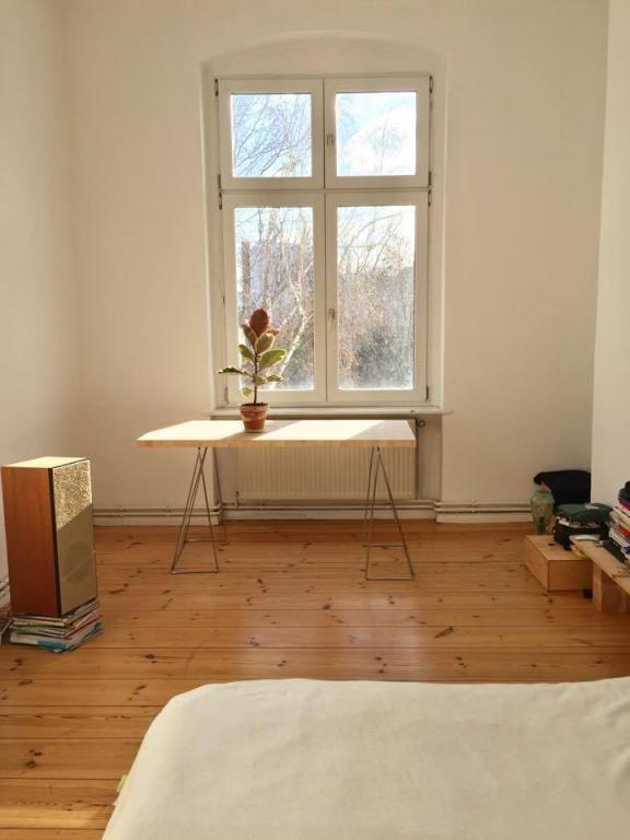 Minimalistisches Zimmer Mit Viel Sonne In Berlin Mitte Wohnung Einrichten Zimmer Wg Zimmer