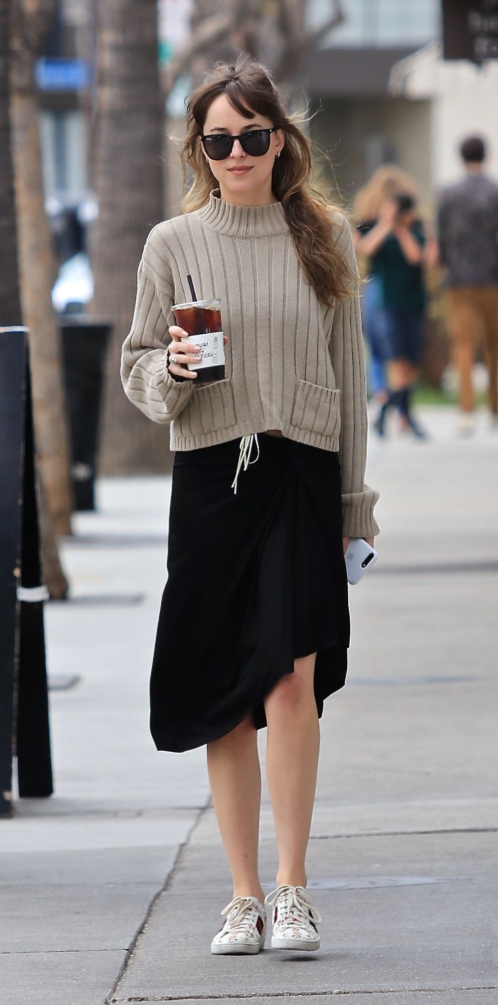 46fbe83bd97 The cutest women on earth.love her outfit! 😍😍😍 Dakota Johnson in