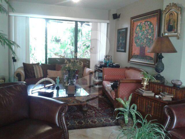 Casa en venta Samborondon, Guayas, Ecuador  300 mt2 terreno, 270 mt2 construccion, 3 dormitorios , 3.5 baños, Patio con jacuzzi, la casa se vende con Aires instalados, area de servicio completa.