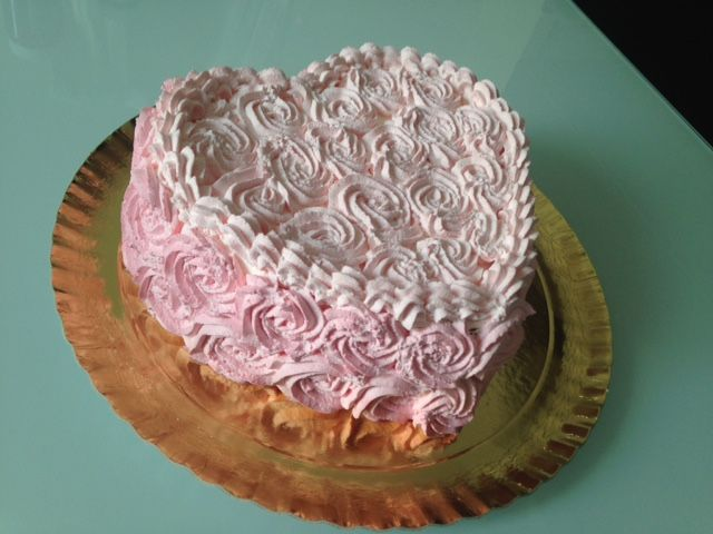 cuore di rosa torta di pan di spagna e crema pasticcera