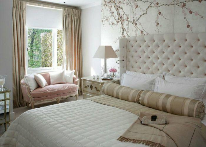 Hochwertig Romantisches Schlafzimmer Mit Polsterbett Und Rosa Sofa