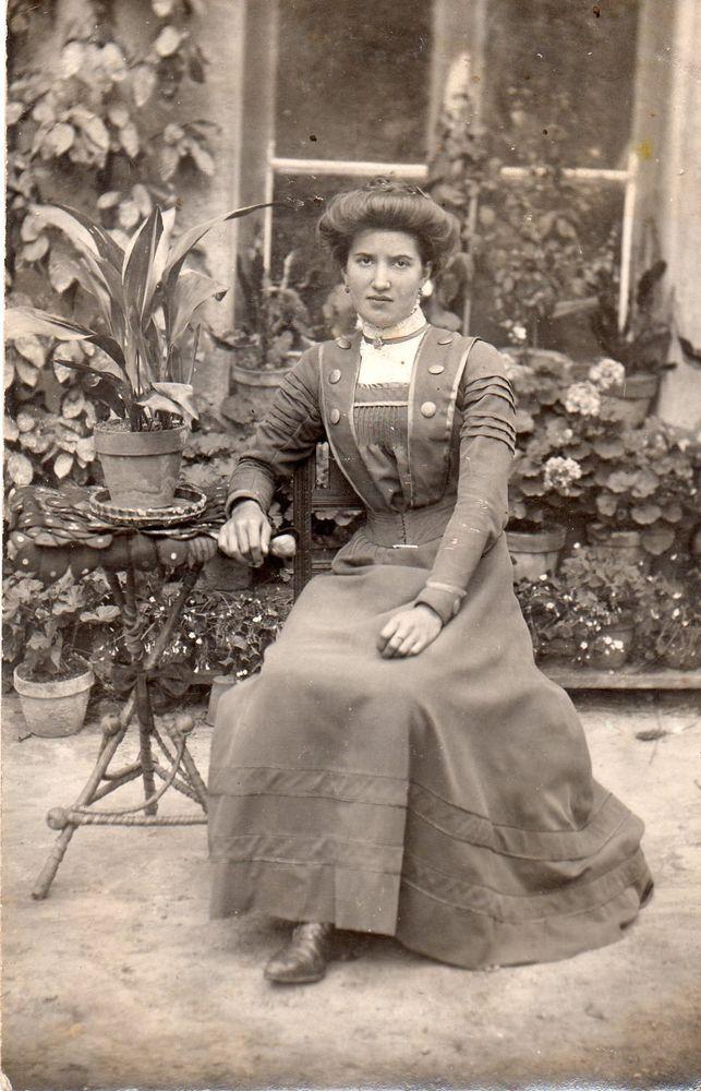 BE042 Carte Photo vintage card RPPC Femme woman jardin mode fashion robe dress