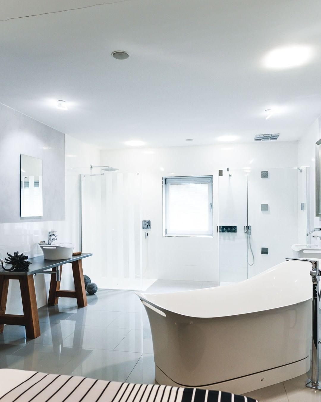 Weinkopf Gmbh On Instagram Ein Traum In Weiss Dieses Bad Besitzt Bodengleiche Duschflachen Und Eine Ausserst S Bad Einrichten Neues Badezimmer Wandgestaltung