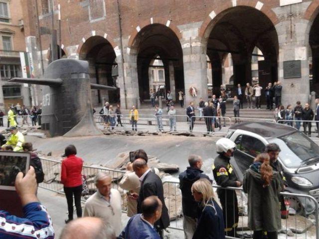 Submarino emerge no centro de Milão (11 fotos)