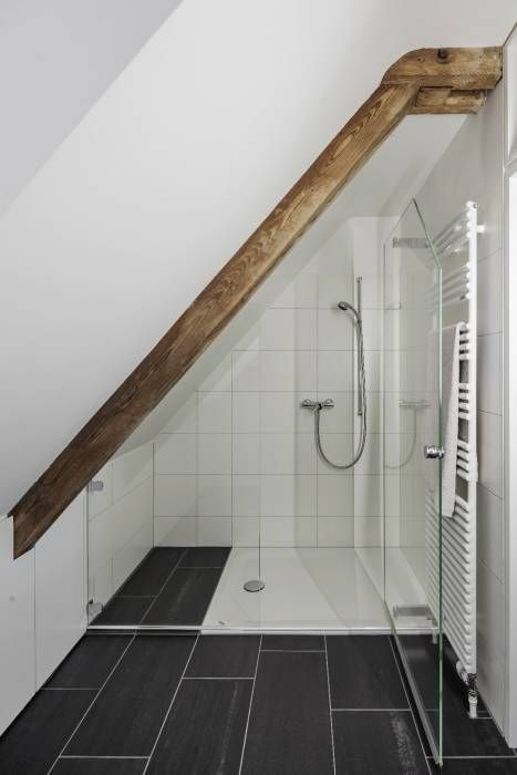 Photo of Dusche im dachgeschoss klassische badezimmer von beat nievergelt gmbh architekt klassisch | homify