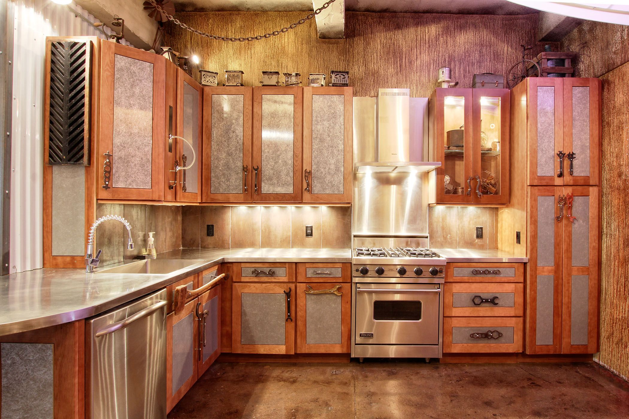 1 650 000 00 Chef S Kitchen With Stainless Steel Countertops Viking Range Get The Details About The Manh Steampunk Kitchen Eclectic Kitchen Eclectic Loft
