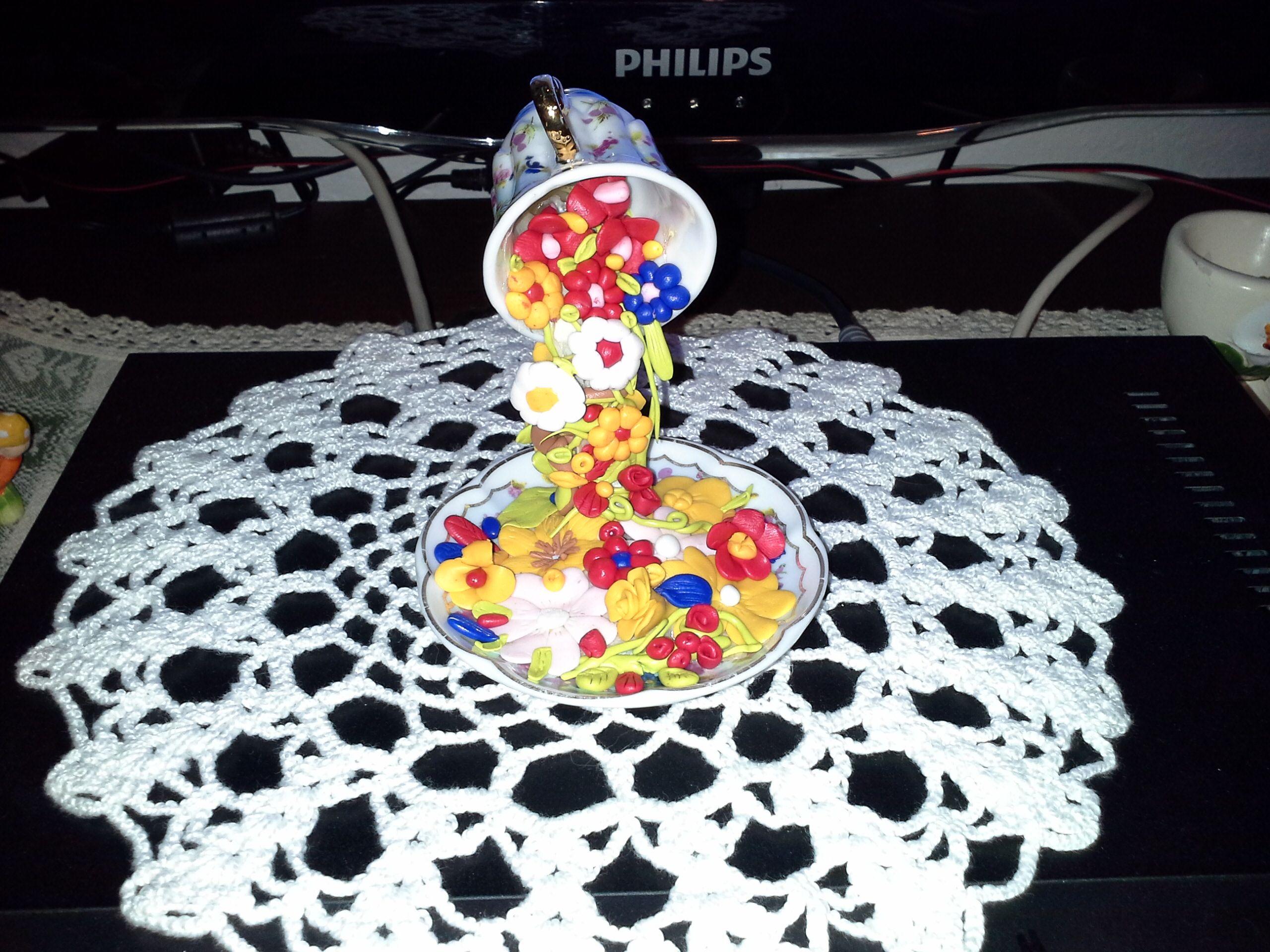 Tazzina in miniatura sospesa e cascata di fiori in pasta polimerica