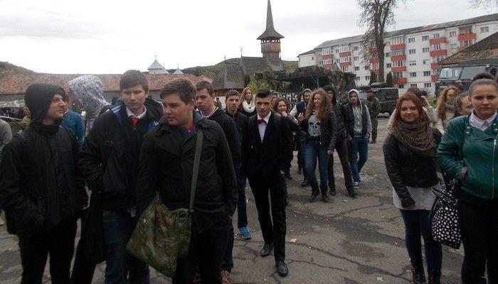"""ELEVII DE LA """"INFOEL"""" SUNT ALĂTURI DE """"ŞOIMII CARPAŢILOR"""" • Cu ocazia Zilei Armatei, la Colegiul Tehnic """"Infoel"""" Bistriţa s-a desfăşurat proiectul """"Alături de Armata României""""  care a vizat dezvoltarea sentimentelor patriotice în rândul elevilor şi culturalizarea acestora vis-a-vis de unul dintre cele mai importante simboluri naţionale."""