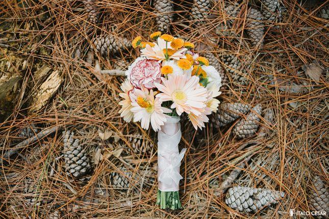Bouquet para casamento rústico em tons de laranja, amarelo e branco.