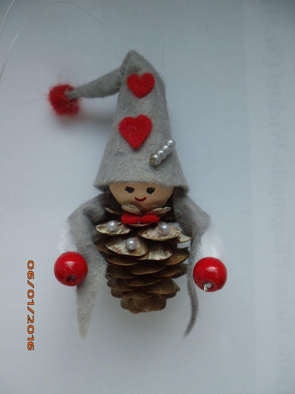 Basteln weihnachten zwerg wichtel treuherz handgefertigte m rchenfigur aus zapfen - Weihnachtsdekoration basteln mit kindern ...
