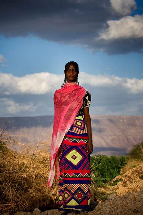 A elegante e colorida simplicidade da mulher etíope. (Etiópia, África)