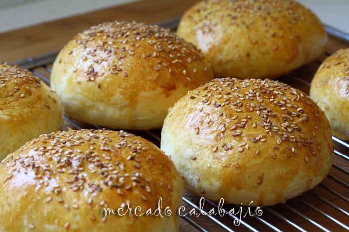 Pan de hamburguesa casero, con aceite de oliva y menos azúcares