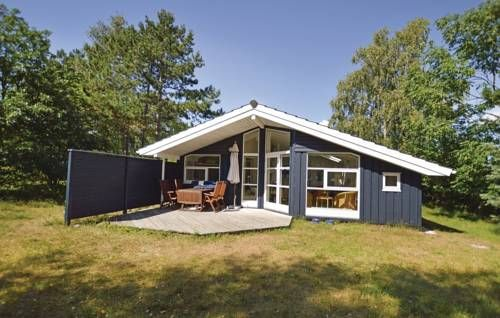 Holiday home sandstien IIII with fireplace Store Fuglede Holiday home sandstien IIII with fireplace is set in Store Fuglede, 38 km from Holbæk.  Rooms include a TV.  You will find a shared kitchen at the property.