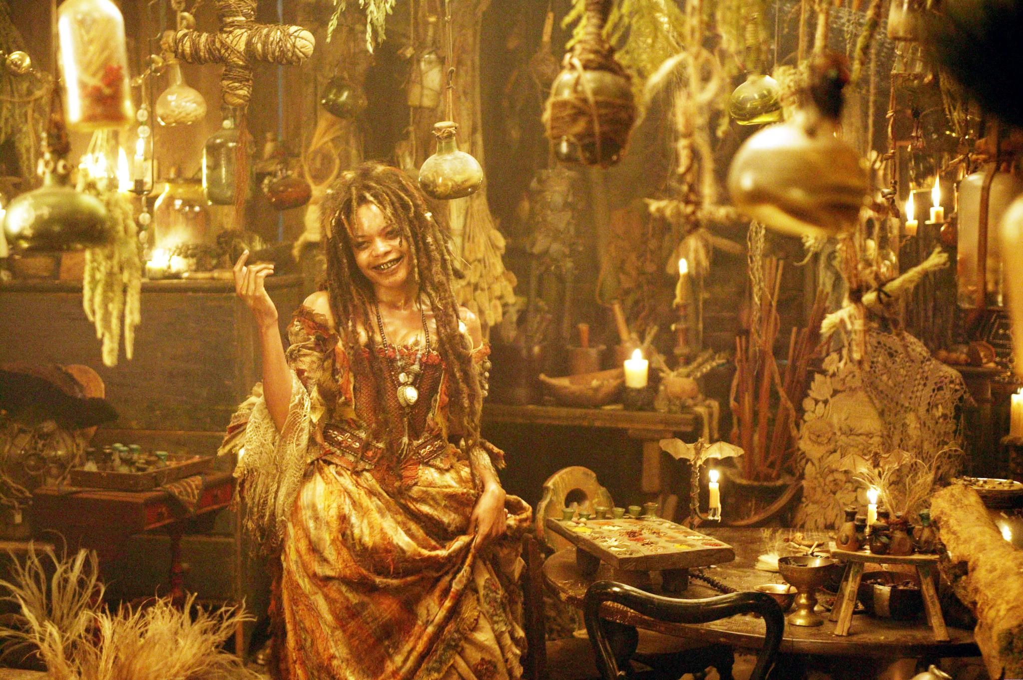 Still of Naomie Harris in Pirates of the Caribbean: Dead Man's Chest (2006) http://www.movpins.com/dHQwMzgzNTc0/pirates-of-the-caribbean:-dead-man/still-1475906816
