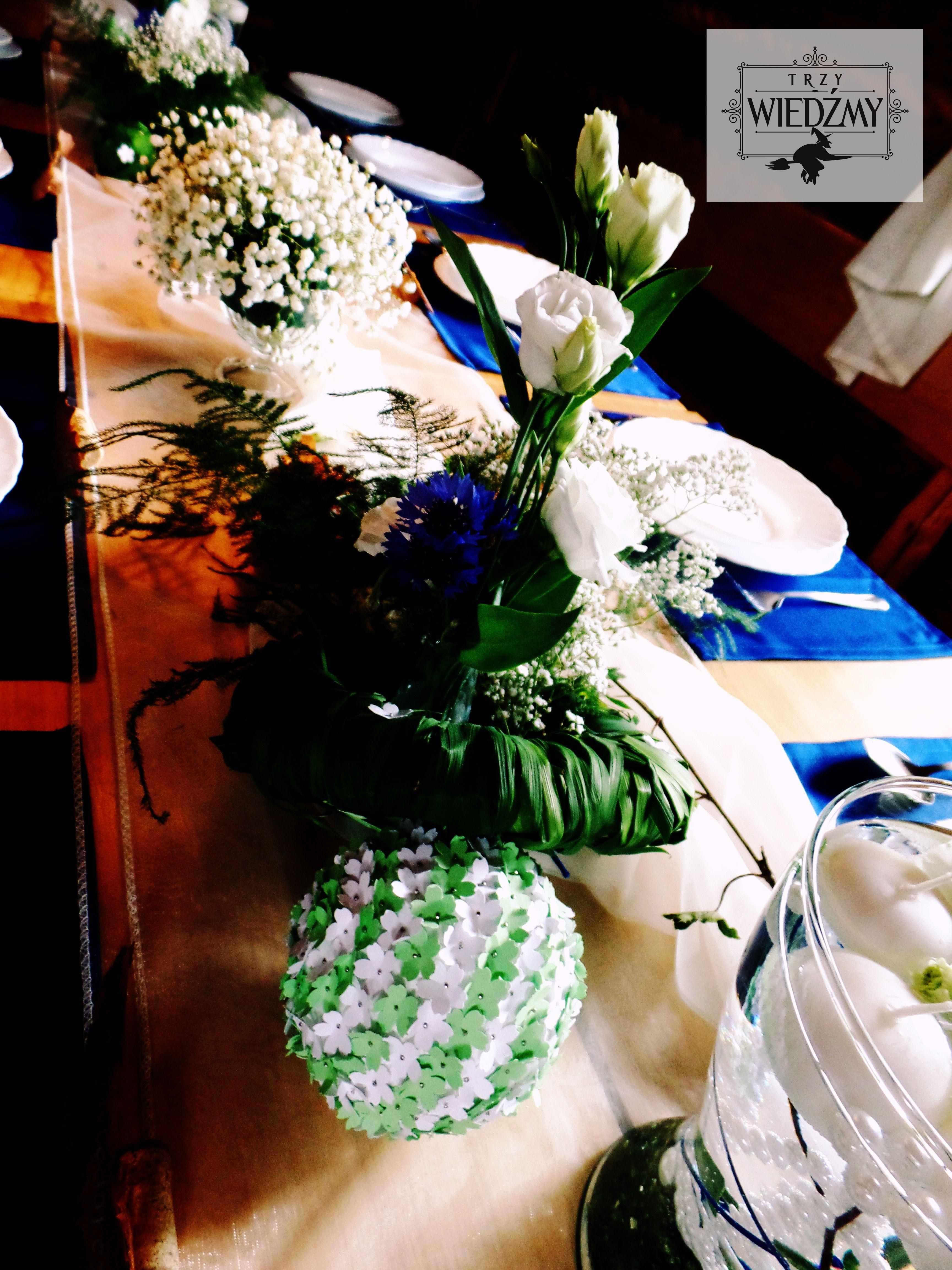 Dekoracja Stolu Weselnego Bukiet Bialych Kwiatow Kwiatowe Kulki Papierowe Wykonane Metoda Zrob To Sam Zatopione Biale Table Decorations Decor Our Wedding