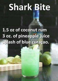 Hai-Biss ... 1,5 Unzen Kokosnuss-Rum, 3 Unzen Ananassaft und ein Schuss Blue Curaçao #alcoholicpartydrinks