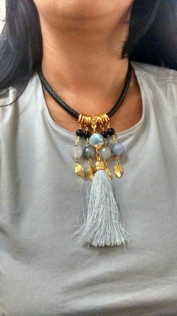 8ca0debb1da5 Collar piedras naturales y borla montado en cuero.
