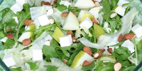 Frisk og super skøn salat med pærer, fennikel, feta og knasende mandler.