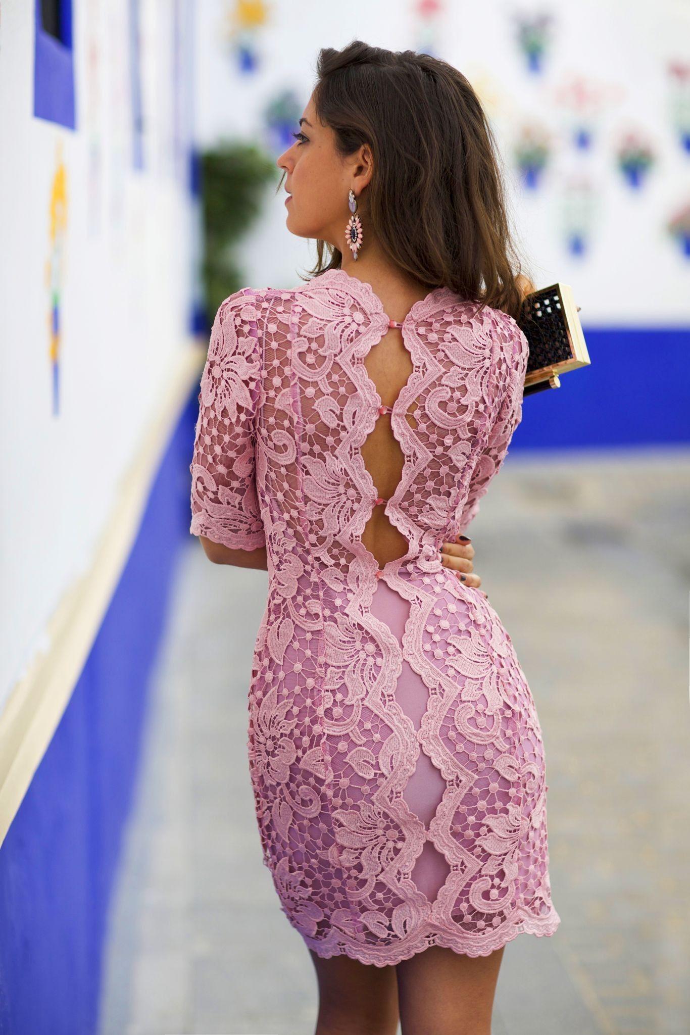 Vestido confeccionado en guipour rosa con aberturas traseras ...
