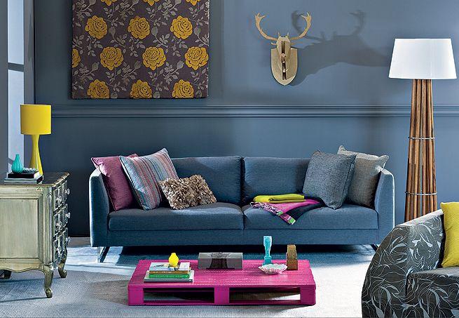 Na sala de estar, o painel fotográfico dá a impressão de que se está entrando na floresta. A sensação aumenta com a coleção de cabeças de alce que decoram a parede: tem de papelão, de porcelana, de madeira...