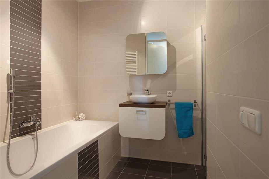 Kleine badkamer met verschillende tegelpatroon voor mooi contrast