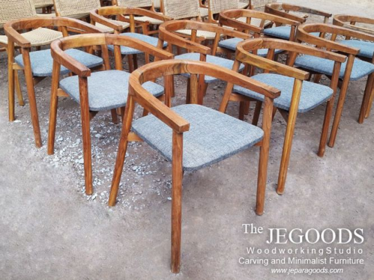 Minimalist Scandinavian chair made of solid teakwood. We produce and manufacturing retro scandinavian mid century furniture chairs at affordable price by Jepara Goods Woodworking Studio Indonesia.  #retrochair #vintagechair #scandinavianchair #modernchair #craftsmanship #furniturefactory #furniturewarehouse #kursimakan #kursicafe #kursivintage #indonesiafurniture #teakfurniture #indonesiafurniture #woodworking
