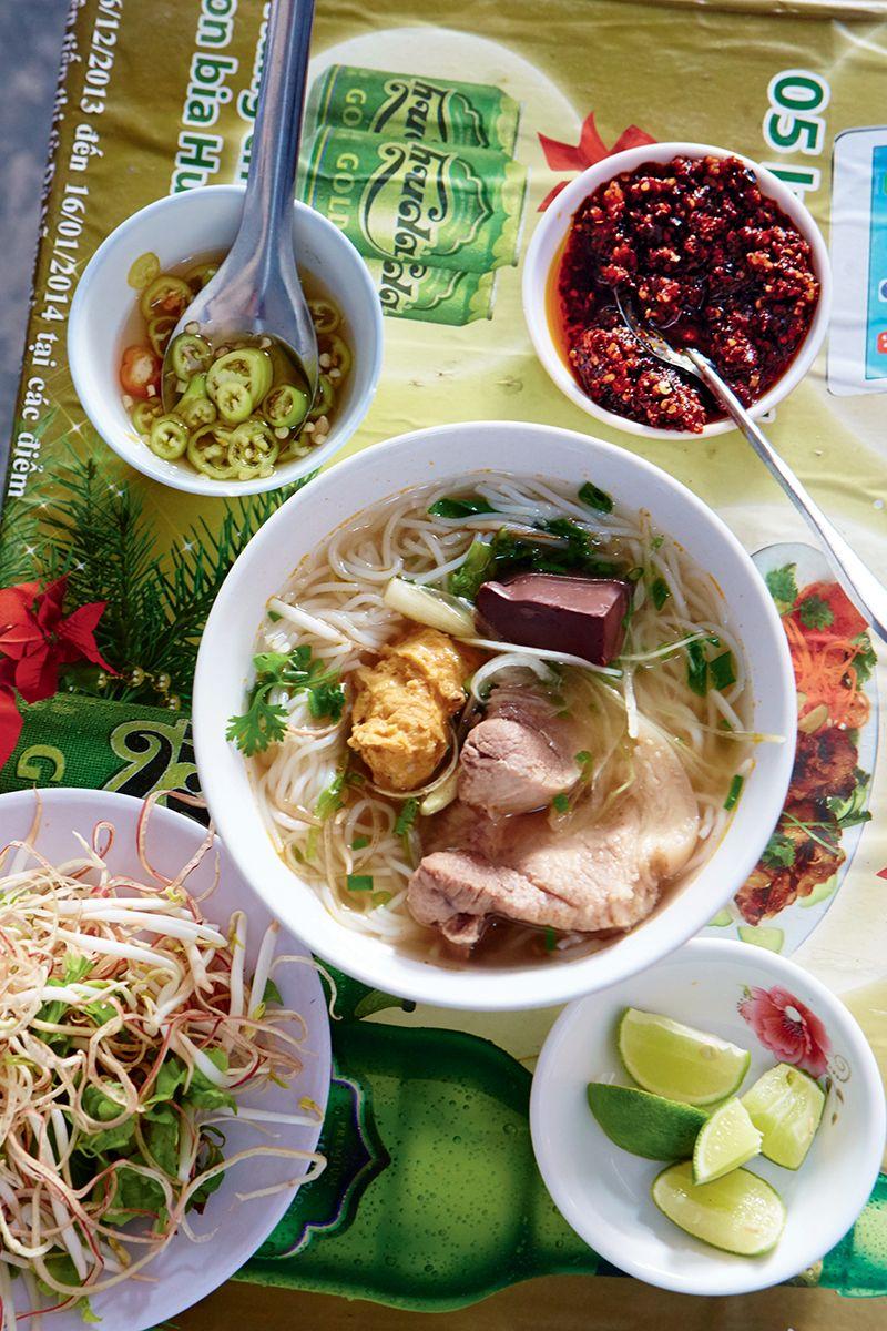 Qui Dit Nouvel An Chinois Dit Forcément Cuisine Asiatique Traditionnelle.  Nems, Bouchées Vapeur,
