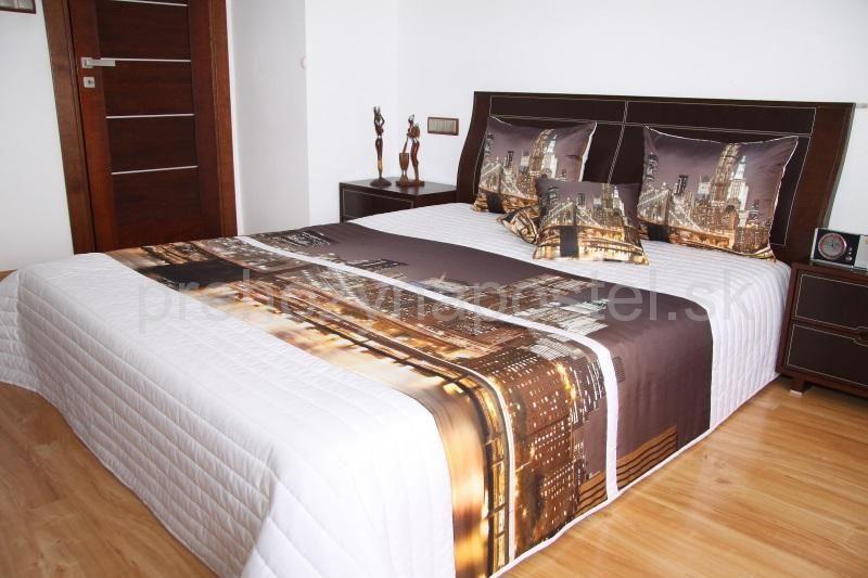 Prehoz na posteľ bielej farby s motívom nočného manhattnu