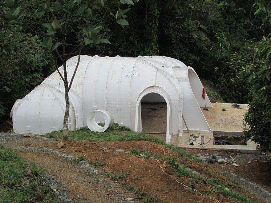 une maison de hobbit pr fabriqu e installer en 3 jours. Black Bedroom Furniture Sets. Home Design Ideas