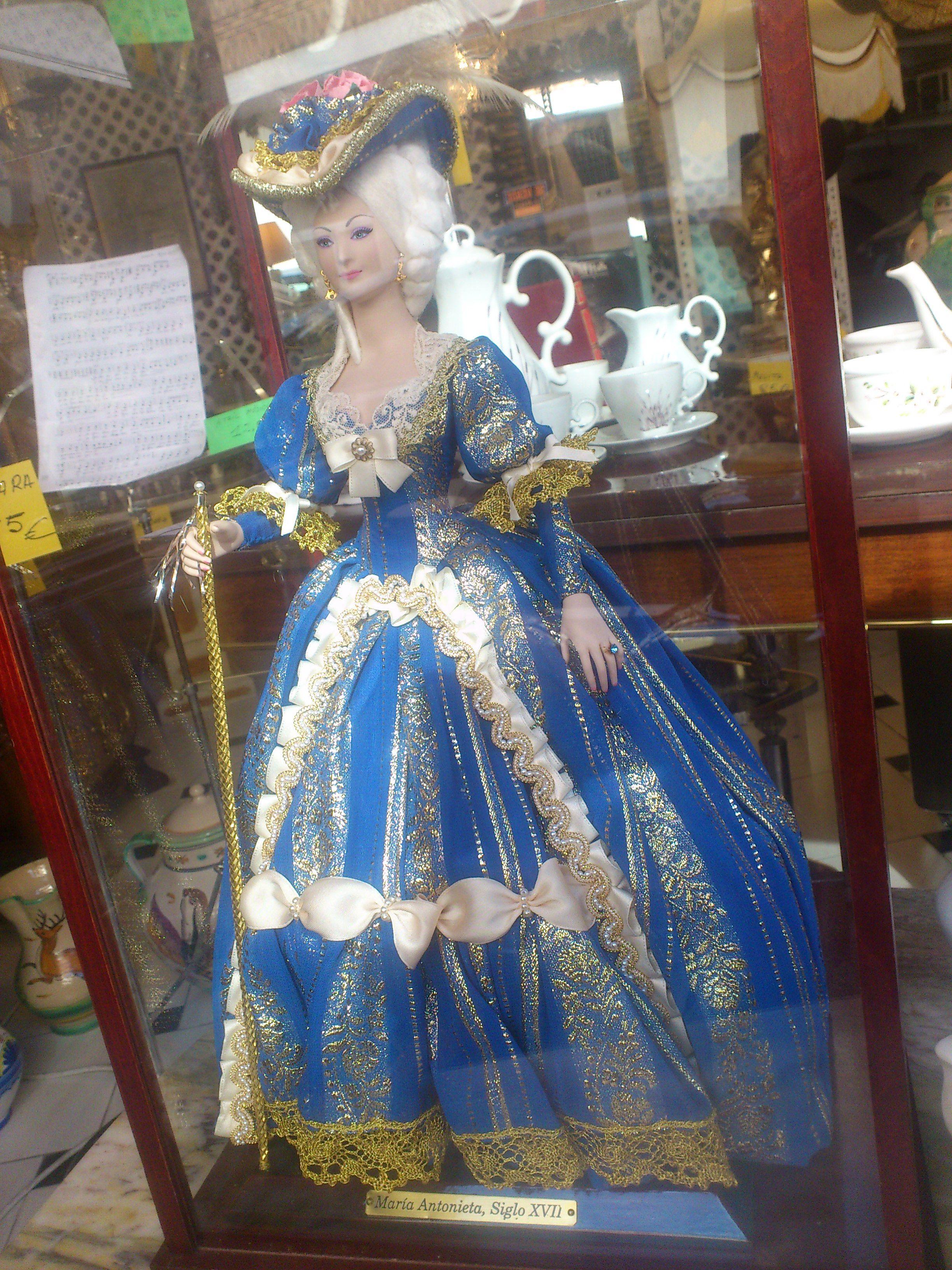 muñeca porcelana pintada y vestida a mano de cincuenta y nueve centimetros y urna de vidrio. diseñada por Marin. museo se encuentra en Chiclana VENDIDO