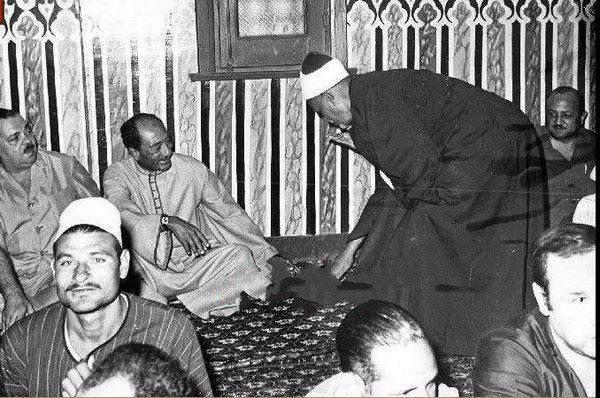 السادات فى جامع قريتة ميت ابو الكوم بالجلابية 1980 Egypt History President Of Egypt Egyptian History